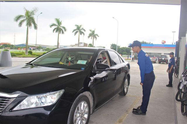 Nhân viên tại trạm xăng dầu Thăng Long II cúi chào khách hàng. (Ảnh: Hồng Vân)
