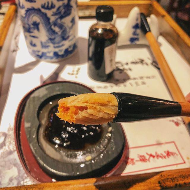 Phần đầu bút được làm bằng bánh xốp mềm mại, thơm ngon ….