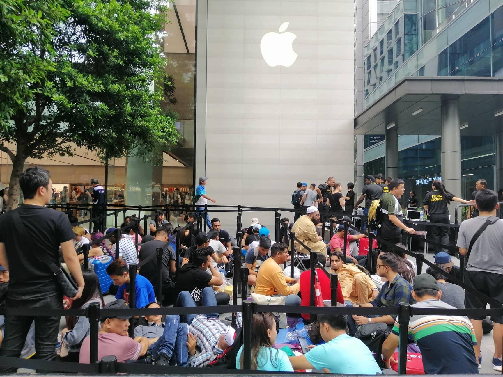 Dân buôn Việt Nam nằm la liệt, đói lả trước cửa hàng Apple Store ở Singapore