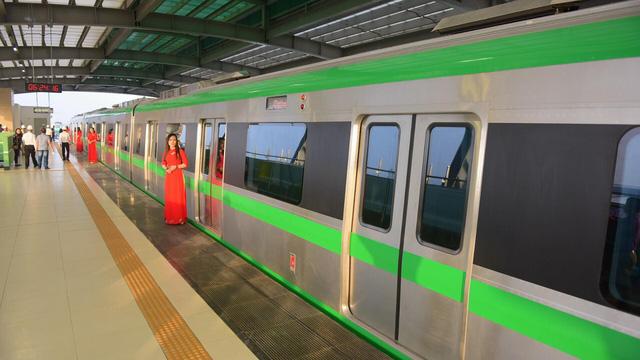 Đoàn tàu đầu tiên vận hành liên động chuẩn bị rời ga Yên Nghĩa lúc 6h24 sáng 20/9 (ảnh: Toàn Vũ)