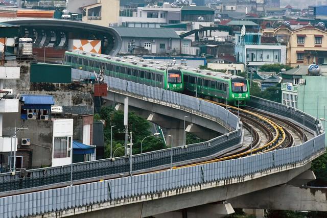 Tại mỗi ga, đoàn tàu sẽ dừng lại 1 phút. Vận tốc chạy tàu trung bình từ 30-35km/h (ảnh: Toàn Vũ)