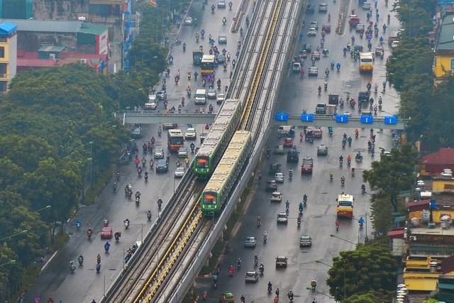 Các đoàn tàu chạy trên cao đầu tiên tại Việt Nam đã hoà nhập vào mạng lưới giao thông thủ đô sau gần 10 năm thực hiện dự án (ảnh: Toàn Vũ)