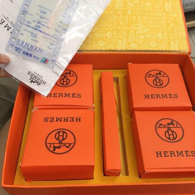 Hộp bánh trung thu hiệu Hermes có đầy đủ bill. (Ảnh: Hồng Vân)