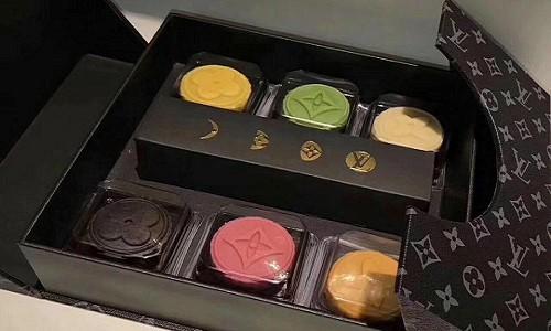 Hộp bánh trung thu nhái hiệu Louis Vuitton với mỗi chiếc bánh được in logo của hãng.
