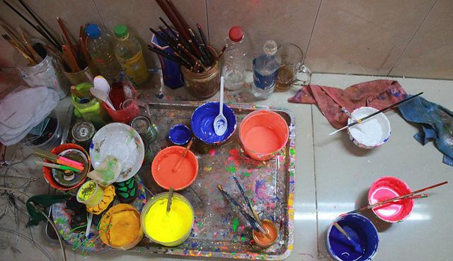 Để tạo nên những chiếc đèn lồng đặc trưng, màu vẽ được gia đình anh tự pha chế.