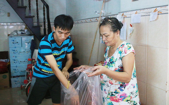 Gia đình đóng gói hàng để người mua đến nhận. Năm nay, gia đình anh Thành nhận được nhiều đơn hàng từ trong và ngoài nước. Thậm chí, có khách hàng lặn lội từ Hà Nội đến gia đình anh để tìm mua đèn lồng truyền thống.