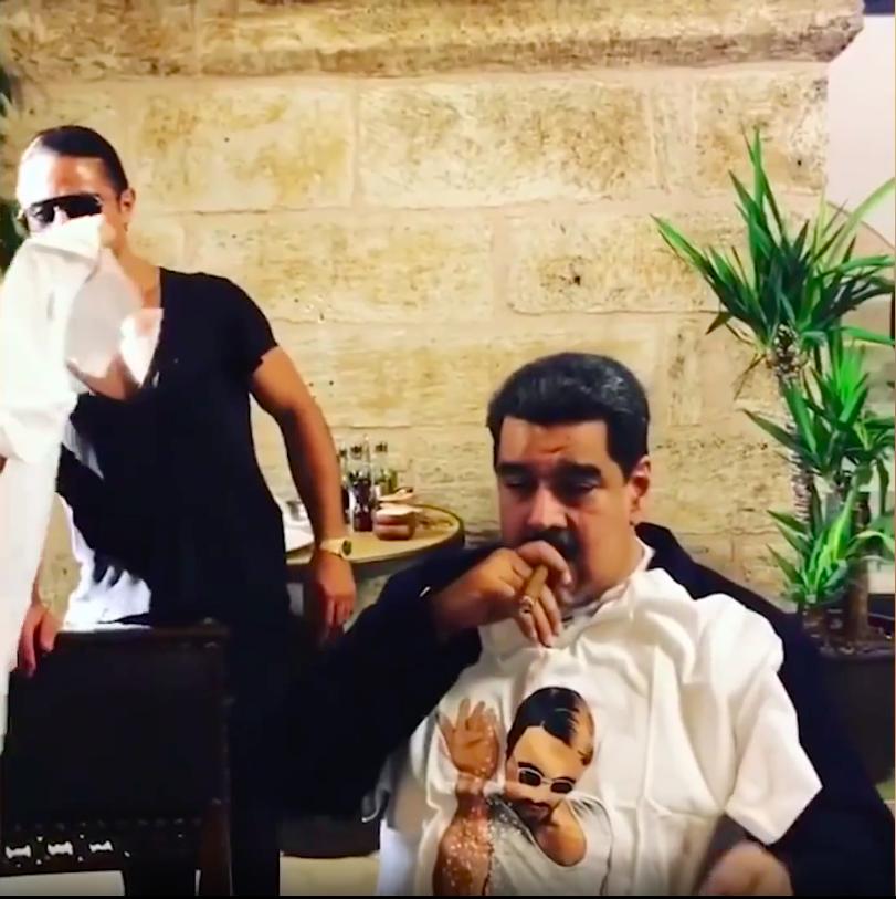 Tổng thống Maduro hút xì gà, ăn thịt bò ngập bàn, dân đói Venezuela phẫn nộ