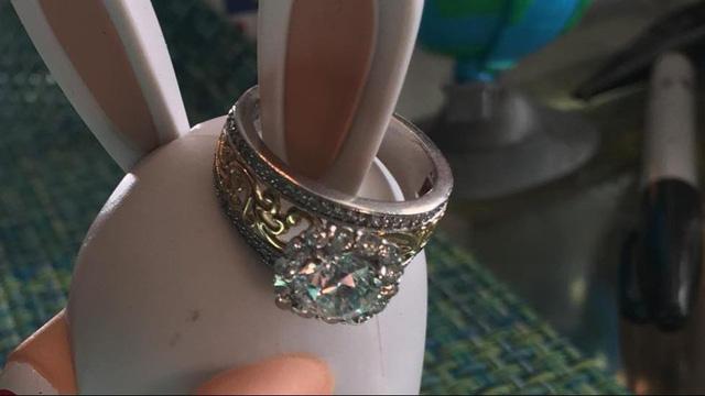 Chiếc nhẫn vàng, bạch kim, kim cương có giá 20.000 USD được ông Miller tìm thấy ngoài biển. (Nguồn: Terry Miller)