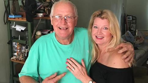 Ông Miller chụp ảnh kỷ niệm cùng Laura Einstein, chủ nhân của chiếc nhẫn khi ông trả nó về với chủ. (Nguồn: Terry Miller)