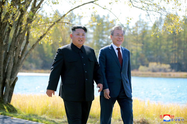 Tổng thống Moon Jae-in gặp nhà lãnh đạo Kim Jong-un tại Bình Nhưỡng (Ảnh: Reuters)