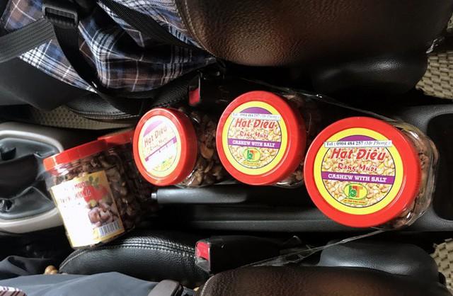 Những hộp hạt điều được tài xế bày trên xe, bán cho khách hàng có nhu cầu mua.
