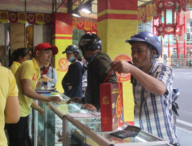 Một cơ sở sản xuất bánh trung thu truyền thống ở Bình Định tấp nhập những ngày cận Tết Trung thu.