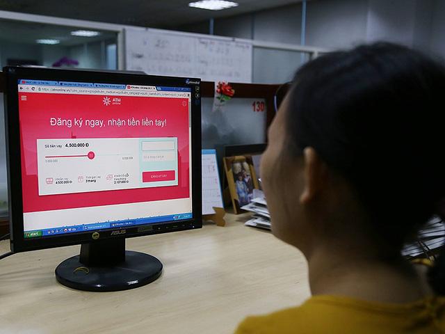 Khách hàng dễ dàng tìm thấy các trang web cho vay tiền siêu nhanh với những lời quảng cáo hấp dẫn. Ảnh: Hoàng Giang