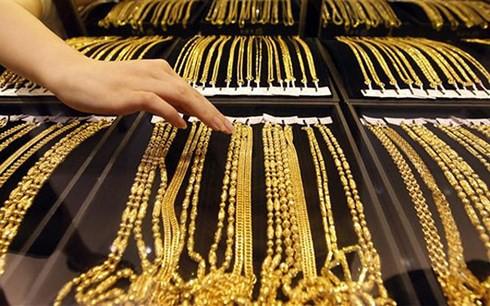 Phiên giao dịch đầu tuần 24/9, giá vàng SJC giảm mỗi chiều 60.000 đồng/lượng so với cuối tuần qua; bên cạnh đó, giá vàng thế giới cũng đang trong xu hướng đi xuống.
