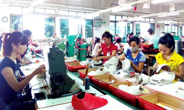 Lao động làm việc trong ngành da giày cũng đang có thu nhập bị giảm xuống.