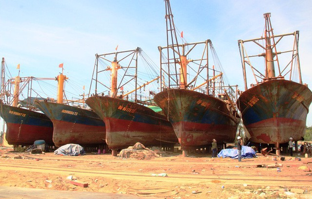 5 tàu vỏ thép bị hư hỏng nằm bờ sửa chữa do Công ty Đại Nguyên Dương đóng (ảnh tư liệu).