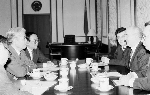 Tổng bí thư Ban Chấp hành Trung ương Đảng Cộng sản Liên Xô, Tổng thống Liên Xô Mikhail Gorbachov tiếp Chủ tịch Hội đồng Bộ trưởng Đỗ Mười trong chuyến thăm Liên Xô, ngày 7/5/1991, tại điện Kremlin ở thủ đô Moskva