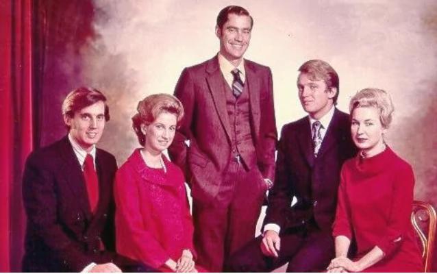 Ông Trump (thứ hai từ phải qua) và các anh chị em (Ảnh: Telegraph)
