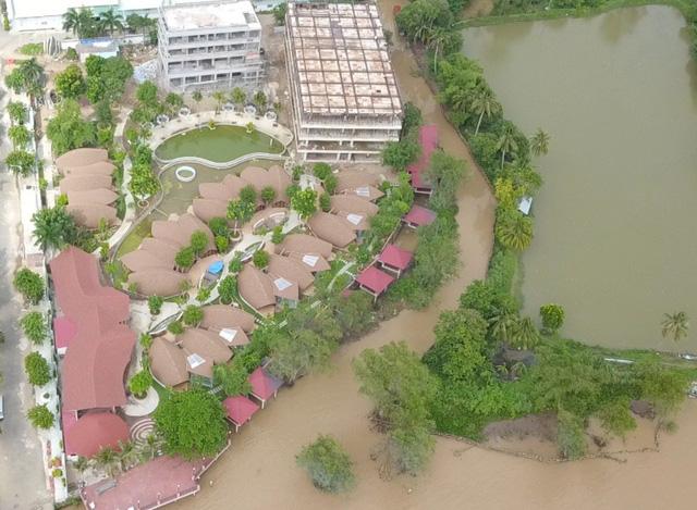 Toàn cảnh resort lấn đất vàng bờ sông mà đến nay ngành chức năng vẫn chưa xử lý