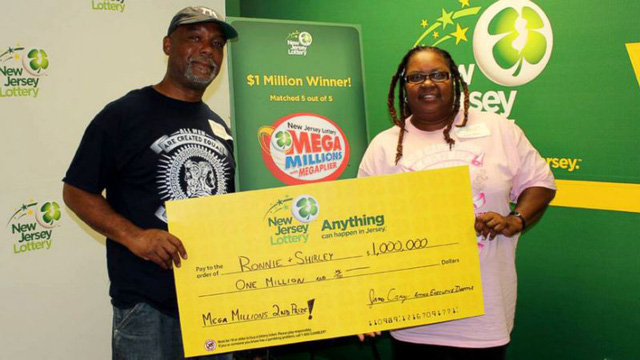 Vợ chồng ông Martin đến công ty xổ số New Jersey nhận giải thưởng 1 triệu USD. (Nguồn: abc News)