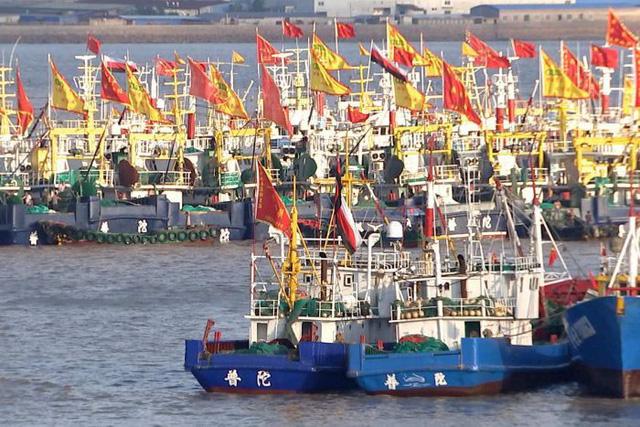 Tàu cá Trung Quốc tiến ra biển khi mùa khai thác bắt đầu (Ảnh: ABC)