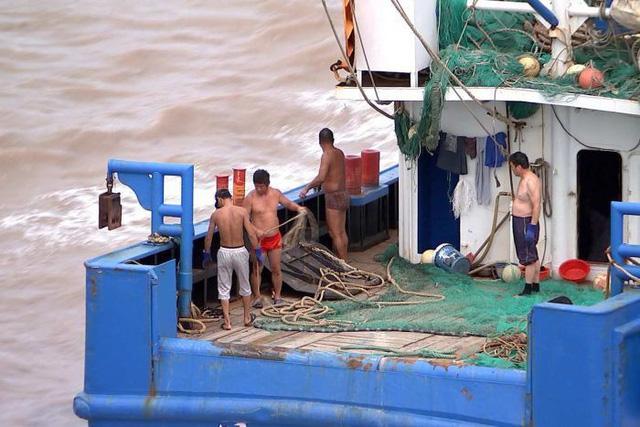 Các ngư dân trên tàu đánh cá Trung Quốc (Ảnh: ABC)
