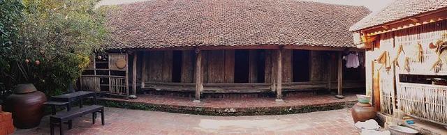 Căn nhà cổ bằng gỗ có tuổi đời gần 400 năm thuộc sở hữu của gia đình ông Nguyễn Văn Hùng (51 tuổi, Đường Lâm, Sơn Tây, Hà Nội. Gia đình ông Hùng là thế hệ thứ 12 sinh sống tại đây.