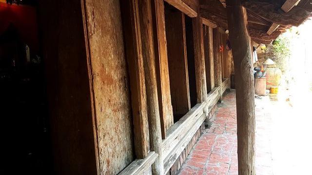 Hệ thống cửa chính ngôi nhà được thiết kế để tháo ra vào dễ dàng. Gia chủ cho thiết kế như vậy để phòng khi nhà có việc lớn (cỗ tiệc hiếu, hỉ, giỗ, khao thọ…) thì có thể tháo ra đặt xuống đất thay chiếu và tạo cảm giác thông thoáng trong nhà.