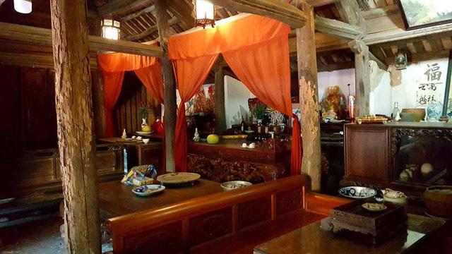 Bên trong căn nhà  bài trí nhiều đồ cổ có giá trị về mặt văn hóa, niên đại như: bình sứ, bát sứ, mâm đồng 3 chân...