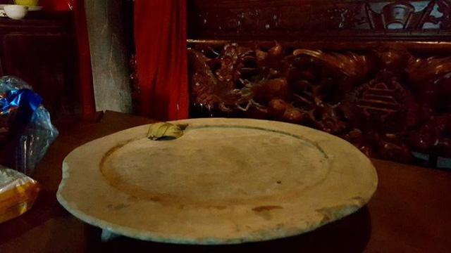 Chiếc mâm đồng 3 chân, có niên đại hơn 3 thế kỷ. Thời đó, chiếc mâm này chỉ nhà khá giả mới có điều kiện dùng.