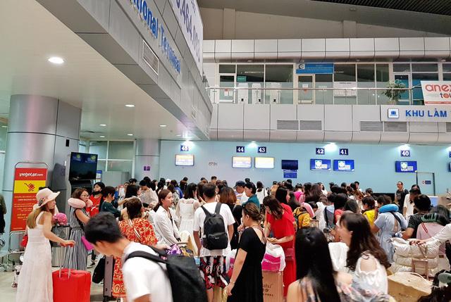 Hành khách làm thủ tục bay tại Cảng hàng không Quốc tế Cam Ranh, Khánh Hòa thời gian gần đây