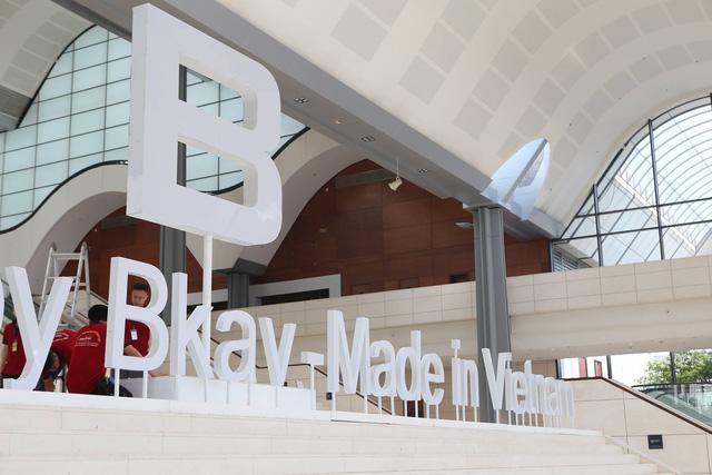 Bên trong Trung tâm Hội nghị Quốc gia là logo B của Bphone và dòng chữ Designed by Bkav - Made in Vietnam.