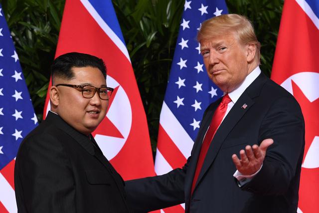 Tổng thống Donald Trump và nhà lãnh đạo Kim Jong-un gặp nhau tại Singapore hồi tháng 6 (Ảnh: AFP)