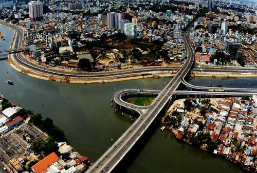 TPHCM đang gặp nhiều thách thức như kẹt xe, ngập nước trong khi dân số cao