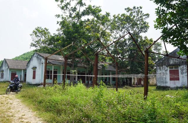 Dãy nhà của Xí nghiệp đá quý khoáng sản Nghệ An đang dần trở nên hoang tàn khi giấy phép khai thác hết hạn, chưa thể gia hạn từ 6 năm nay.
