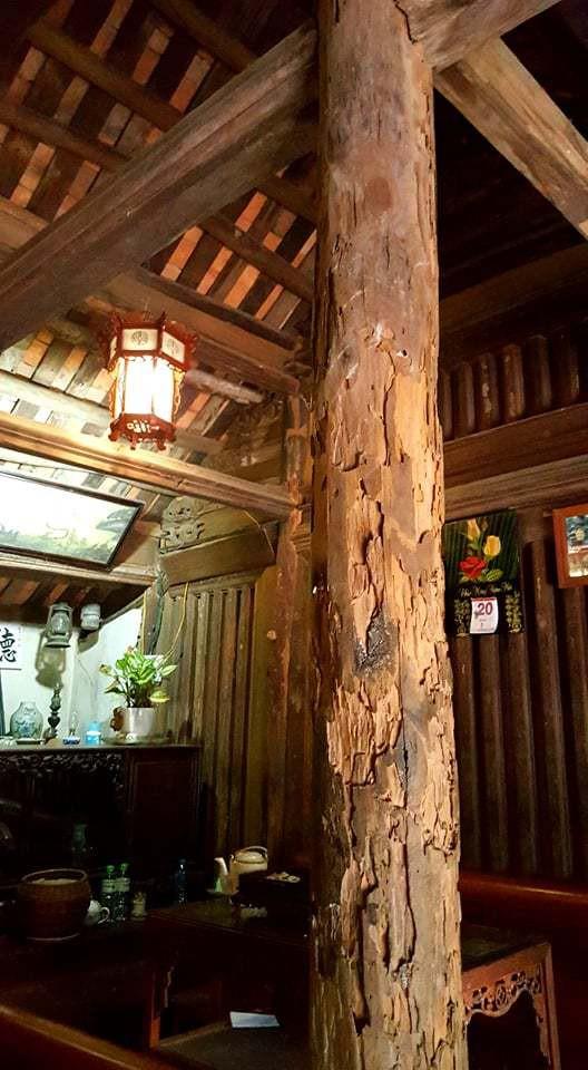 Một cột chống của ngôi nhà bị mối mọt nhưng được các chuyên gia Nhật Bản bảo tồn gần như nguyên vẹn