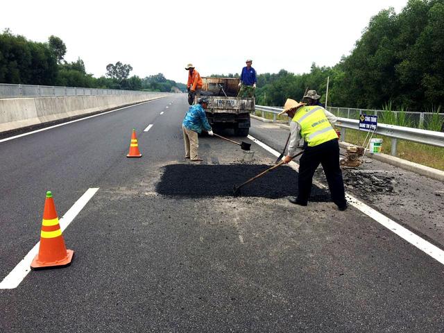 VEC tiếp tục bị phê bình về vụ hỏng đường cao tốc Đà Nẵng - Quảng Ngãi