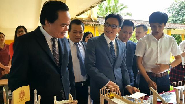 Phó Thủ tướng Chính phủ Vũ Đức Đam và Bộ trưởng Bộ GD&ĐT Phùng Xuân Nhạ tham quan các mô hình sinh viên sáng tạo tiêu biểu.