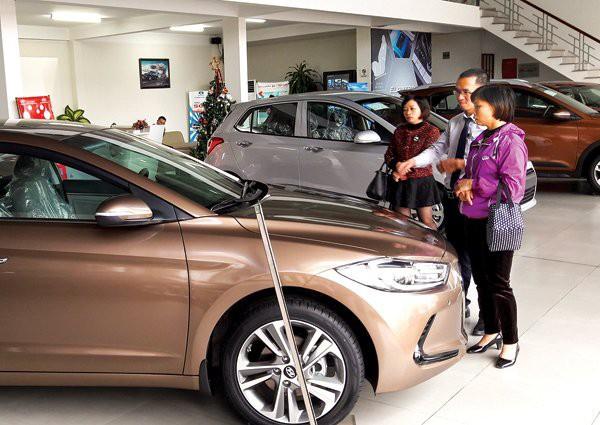 Ô tô nhập tràn về, hạ giá giành khách với xe trong nước