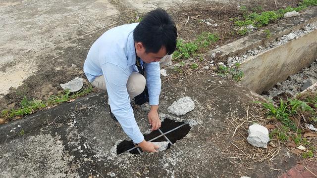 Nhiều tấm bảo vệ cũng bị đập ra để lấy sắt đi bán phế liệu