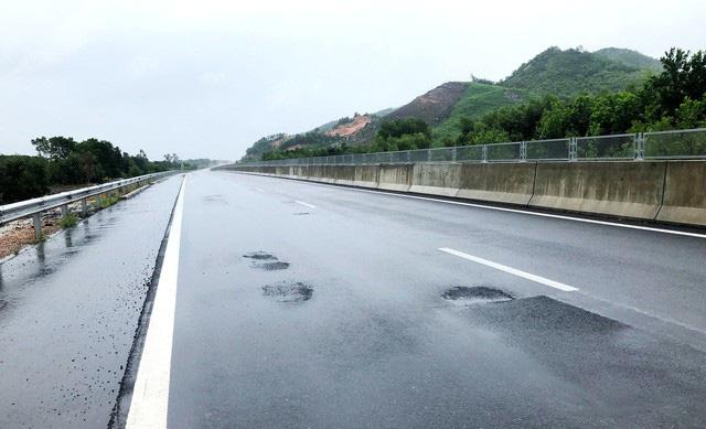 Những hư hỏng, xuống cấp này được đánh giá là rất nghiêm trọng ở 1 tuyến cao tốc - nơi các phương tiện di chuyển với tốc độ cao. (Ảnh: Công Bính)