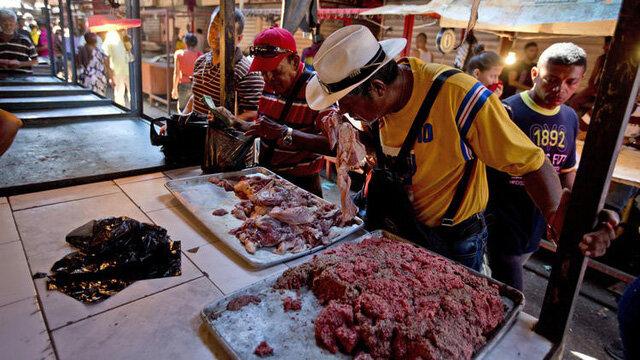 Khủng hoảng kinh tế, dân Venezuela phải mua thịt thối về ăn