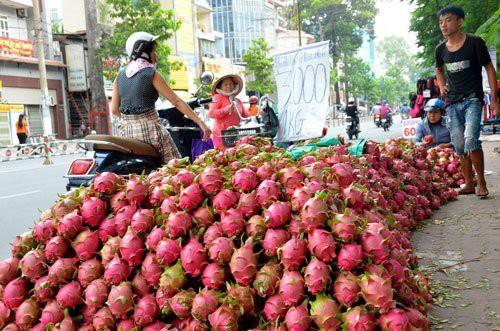 Nhiều mặt hàng Việt vẫn phải rong ruổi trên những gánh hàng rong.