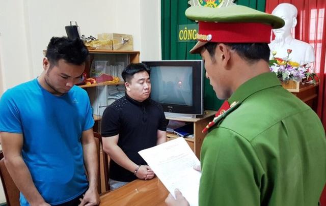 Công an TP Đà Lạt đọc lệnh bắt tạm giam Lê Hải Nam (áo đen) và Lưu Văn Thiện.