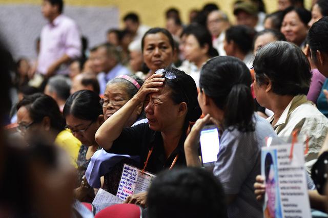 Cử tri Nguyễn Thị Kim Phượng bật khóc khi kể về hoàn cảnh khốn khó của gia đình trong suốt thời gian qua