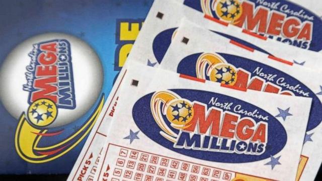 Giải độc đắc của xổ số Mega Millions chạm ngưỡng kỷ lục 1,6 tỷ USD, người dân tranh nhau đi mua vé số.