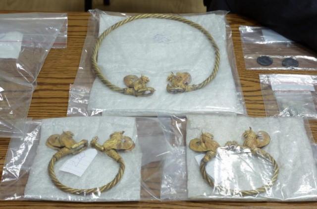 Những chiếc vương miện, vòng cổ, vòng tay và đồng xu bằng vàng mà hai bên mua bán chui.