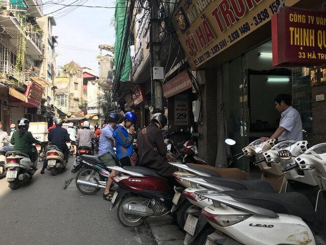 Hà Nội: Sợ bị phạt, nhiều người bỏ ngủ trưa tìm chỗ đổi USD