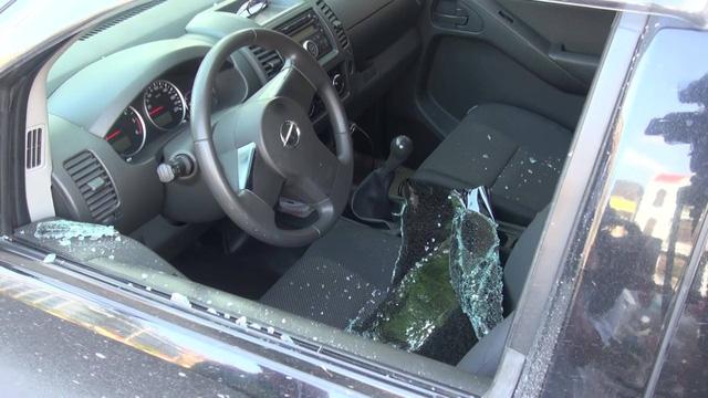 Chủ xe tá hỏa khi kính xe bị đập vỡ (ảnh Trung Nguyên)
