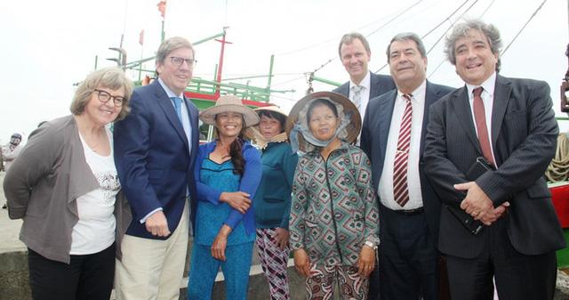Các thành viên đoàn công tác rất thân thiện, chụp hình với bà con ngư dân ở Cảng cá Quy Nhơn.
